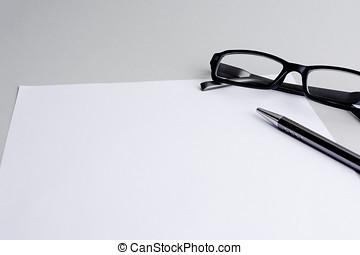 Blatt Papier und Stift und Brille