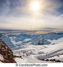 blaue berge, wolkenhimmel, verschneiter