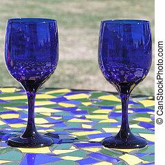 blaue gläser, zwei
