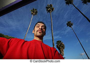 blauer himmel, junger, bäume, him., hinten, handfläche, porträt, kalifornien, mann