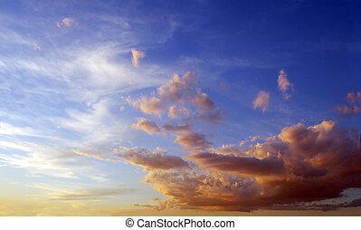 blauer himmel, nähern, zu, sonnenuntergang, zeit, mit, flaumig, wolkenhimmel, getönt, in, orange.