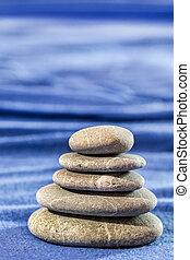 blauer stein, pyramide, aus, unscharfer hintergrund