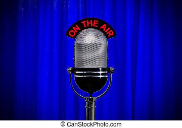 blauer vorhang, mikrophon, scheinwerfer, buehne