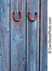 blaues, altes , hölzern, zwei, glücklich, symbole, wand, rostiges , hotseshoe