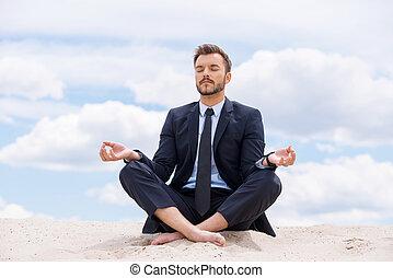 blaues, beibehaltung, seine, sitzen, lotos, meditieren, innenseite, himmelsgewölbe, junger, gegen, während, soul., sand, gelassen, geschäftsmann, position, hübsch