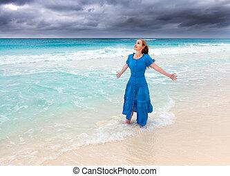 blaues, brandung, frau, stürmisch, langer, meer, kleiden