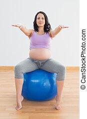 blaues, frau, ausgestreckt, schwanger, sitzen, arme, kugel, studio, eignung- übung
