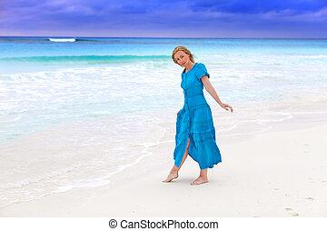 blaues, frau, stürmisch, langer, kueste, meer, kleiden