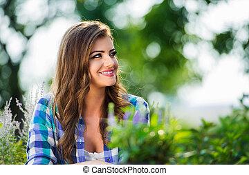 blaues, geprüften hemd, sie, sonnig, gärtner, kleingarten
