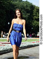 blaues kleid, frau, straße, glücklich
