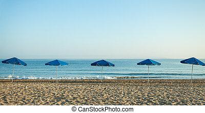 blaues, sommer, meer, hintergrund, sandstrand, schirme