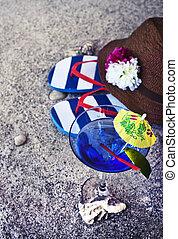 blaues, sommer, wenig, schirm, strohhut, aus, copyspace, schnellen, thema, glas, sand, coctail, hintergrund, weißes, pleiten, sandstrand, texture., limette