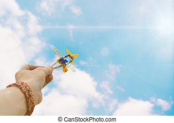 blaues, spielzeug, foto, himmelsgewölbe, herauf, mannes, halten ende, motorflugzeug, hand