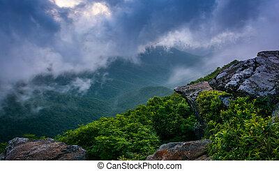 blaues, spitzturm, bergrücken, felsig, nebel, gesehen