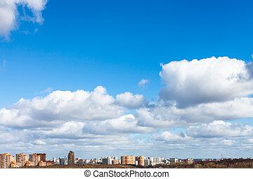 blaues, Stadt, wolkenhimmel, Fruehjahr, aus, himmelsgewölbe, weißes