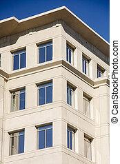blauw gebouw, vensters, hemel, weerspiegelen, stucco