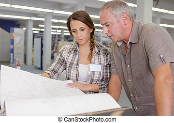 blauwdruken, controleren, bouwterrein, architecten, bouwsector, vrouwlijk, mannelijke