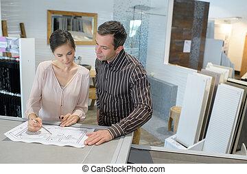 blauwdruken, kantoor, controleren, architecten, hun, vrouwlijk, mannelijke