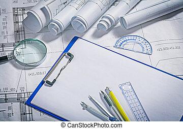 blauwdruken, magnifer, pemcil, pen, kompas, ruller, klembord