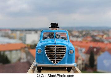 blauwe auto, speelbal, in, hout, bevestigingslijst, met, blured, stad, in, achtergrond