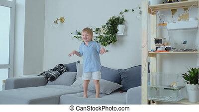 blauwe , glimlachen, oud, hemd, jongen, springt, sofa.,...