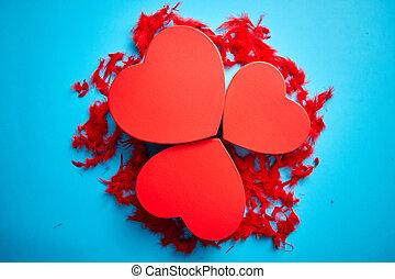 blauwe , hart, cadeau, gevormd, veertjes, drie, geplaatste, dozen, achtergrond, rood, rood