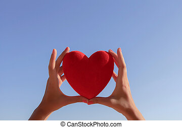 blauwe , hart, duidelijke lucht, holdingshanden, copy-space, rood