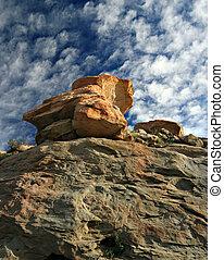 blauwe hemel, boven, rode rots