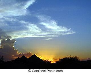 blauwe hemel, ondergaande zon