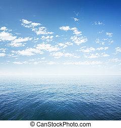 blauwe hemel, op, zee, of, oceaanwater, oppervlakte