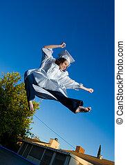 blauwe , hoog, schop, hemel, jonge, afstuderen, sprong, behind., vrolijke