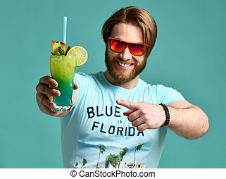 blauwe , houden, cocktail, hawaiian, margarita, drank, jonge, een, sap, pulken pointing, man, glimlachen gelukkig