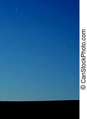 blauwe , kielwater, whites, vliegtuigen, op, vliegen, hemel, verwaarlozing, hoog, zijn, hoogte