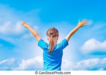 blauwe , kind, buiten, sky., vrijheid, verslappen, armen, jonge, concept, onder, meisje, open, outdoors., vrolijke