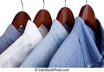 blauwe kleding, overhemden, op, houten, hangers