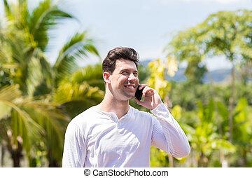 blauwe , op, hemel, tropische , telefoongesprek, bos, achtergrond, vervaardiging, verticaal, glimlachen gelukkig, man