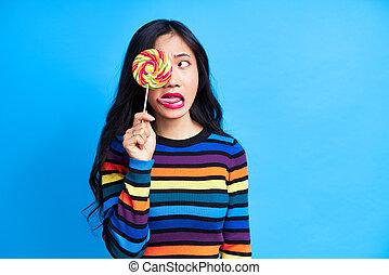 blauwe , tong, jonge, op, kleurrijke, vrijstaand, vrouw, afsluiten, aziaat, kleverig, achtergrond, lollipop, uit