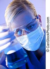 blauwe vloeistof, arts, flacon, wetenschapper, vrouwlijk, laboratorium