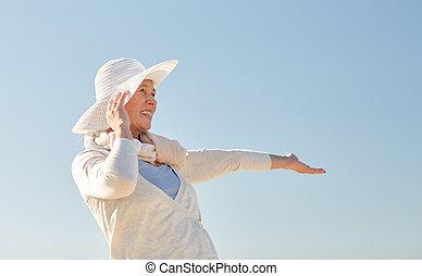 blauwe , vrouw, zon, op, hemel, senior, hoedje, vrolijke