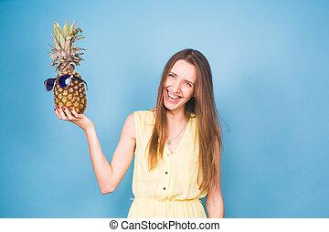 blauwe , zomer, vrouw, zonnebrillen, op, achtergrond., concept, ananas, verticaal, het glimlachen