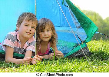 blauwe , zomer, zuster, binnen, broertje, het kijken, groene, voorwaarts, gras, dag, het liggen, tentje