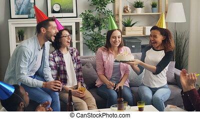 blazen, kaarsjes, verjaardagstaart, clinking, vriendinnetjes, drinkende glazen