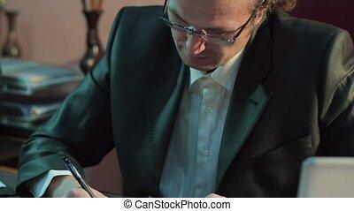 blazer, bureau, signe, noir, employé, homme affaires, documents.