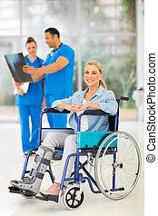 blessé, fauteuil roulant, femme, médecins