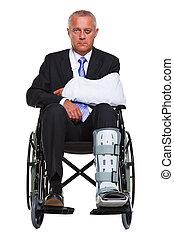 blessé, homme affaires, dans, a, fauteuil roulant, isolé