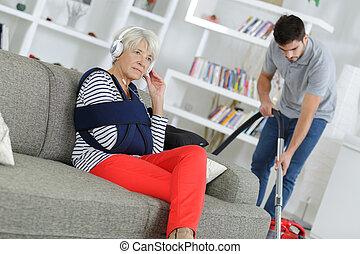 blessé, personne agee, caregiver, femme