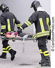 blessé, porté, civière, pompiers, deux, loin