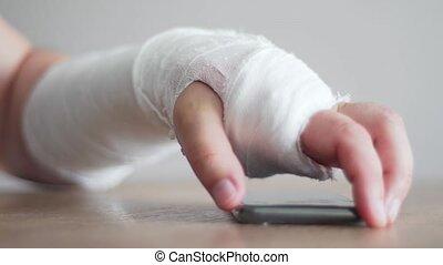 blessure, call., douleur, réponse, malade, malaise, personne, fracture, bras, téléphone, essayer, prendre