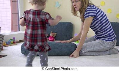 bleu, énorme, elle, pousser, floor., mère, montée, girl, enfantqui commence à marcher, oreiller