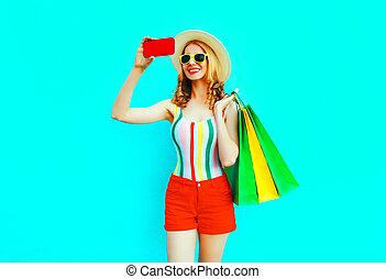 bleu, été, image, achats femme, coloré, sacs, paille, selfie, short, lunettes soleil, téléphone, t-shirt, chapeau, fond, sourire, prendre, rouges, heureux